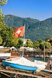 Barca con la bandiera dello svizzero a passeggiata in Ascona il Ticino Svizzera Fotografia Stock Libera da Diritti