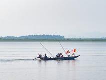 Barca con le bandiere buddisti nel Myanmar Fotografia Stock Libera da Diritti