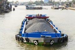 Barca con le pietre che galleggiano sul Mekong il 13 febbraio 2012 nel mio Tho, Vietnam Immagine Stock Libera da Diritti