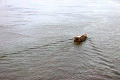 Barca corrente nel fiume di Sai Gon, città di Ho Chi Minh immagine stock