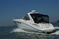 Barca d'accelerazione di potenza in mare Fotografia Stock