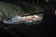 A barca da carga corre encalhada fotos de stock royalty free