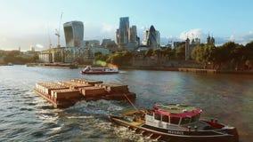 Barca da carga e barco de prazer em Thames River perto da torre, arranha-céus video estoque