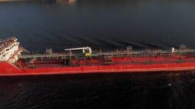 Barca da carga no rio no verão video estoque