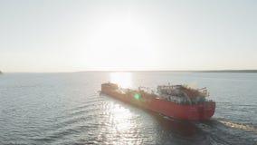Barca da carga no rio no verão filme