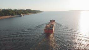 Barca da carga no rio no verão vídeos de arquivo
