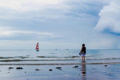 Barca dalla spiaggia Immagine Stock