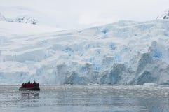 Barca davanti alle montagne della neve Fotografie Stock Libere da Diritti