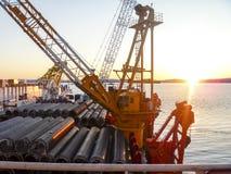A barca de configuração da plataforma Tubulações e guindastes de levantamento no navio Equipamento para colocar um encanamento no imagem de stock