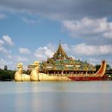 A barca de flutuação, Karaweik Salão fotos de stock