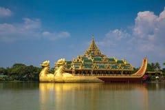 Barca de flutuação Karaweik Salão fotos de stock