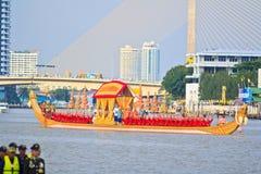 A barca decorada desfila após o palácio grande em Chao Phraya River Fotografia de Stock Royalty Free