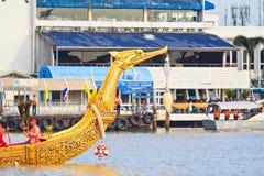 A barca decorada desfila após o palácio grande em Chao Phraya River Foto de Stock