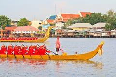A barca decorada desfila após o palácio grande em Chao Phraya River Imagens de Stock