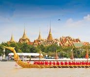 A barca decorada desfila após o palácio grande em Chao Phraya River Fotos de Stock