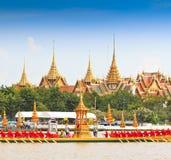 A barca decorada desfila após o palácio grande em Chao Phraya River Foto de Stock Royalty Free