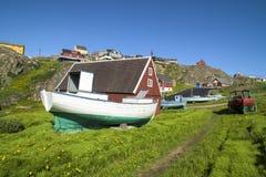 Barca dei pescatori, case variopinte in Groenlandia Immagini Stock Libere da Diritti
