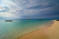 Barca dei pescatori della spiaggia di Zanzibar Fotografia Stock