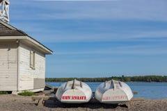Barca del bagnino immagazzinata alla spiaggia dalla conclusione della baracca del giorno fotografia stock libera da diritti