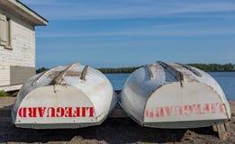 Barca del bagnino immagazzinata alla spiaggia dalla conclusione della baracca del giorno fotografia stock