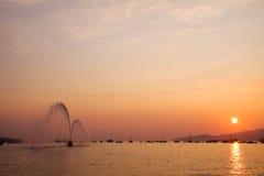 Barca del corpo dei vigili del fuoco su esposizione al tramonto, acqua di spruzzatura in inglese Immagini Stock