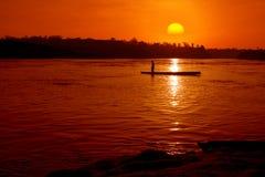 Barca del Fisher nel fiume con il tramonto fotografia stock