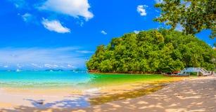 barca del longtail in piccola spiaggia al Ao Yon fotografia stock libera da diritti