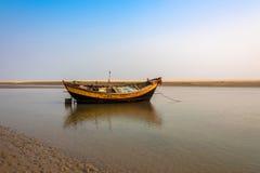 Barca del paese sul fiume Immagini Stock Libere da Diritti