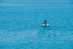 Barca del pedale di guida delle coppie Fotografia Stock