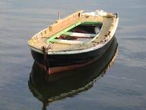 Barca del pescador en la puesta del sol imagen de archivo libre de regalías