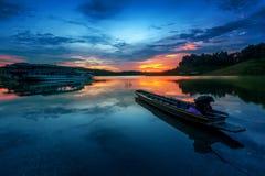 Barca del pescatore alla diga di Sirikit Fotografia Stock