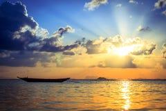 Barca del pescatore con la scena di tramonto in KOH phangan Fotografia Stock Libera da Diritti