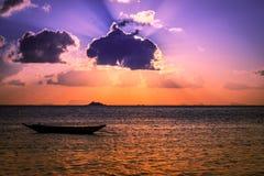 Barca del pescatore con la scena di tramonto in KOH phangan Fotografie Stock Libere da Diritti