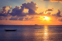 Barca del pescatore con la scena di tramonto in KOH phangan Immagini Stock