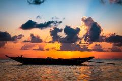 Barca del pescatore con la scena di tramonto in KOH phangan Immagini Stock Libere da Diritti