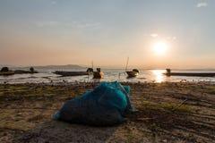 Barca del pescatore e bella penombra in Tailandia Fotografie Stock Libere da Diritti