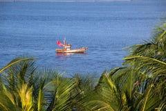 Barca del pescatore sul mare fotografia stock