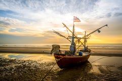Barca del pescatore sulla spiaggia Fotografia Stock