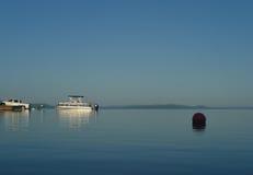 Barca del pontone che è lanciata su un grande lago Fotografia Stock Libera da Diritti