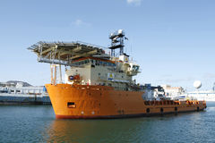 Barca del rifornimento con l'eliporto Immagine Stock