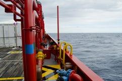 Barca del rifornimento in giacimento di petrolio Immagine Stock