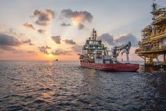 Barca del rifornimento quando tramonto Fotografia Stock Libera da Diritti