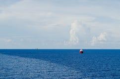 Barca del rifornimento sul giacimento di petrolio Fotografia Stock Libera da Diritti