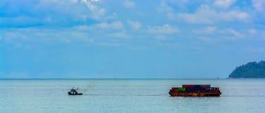 Barca del rimorchiatore con una chiatta fotografia stock libera da diritti