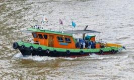 Barca del rimorchiatore del fiume sul Chao Phraya, Bangkok Fotografie Stock Libere da Diritti