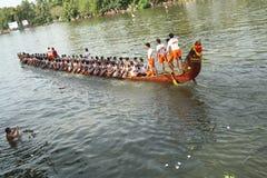 Barca del serpente con la gente Fotografie Stock