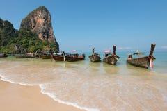 Barca del viaggiatore alla baia di Ao Phra-nang Fotografia Stock Libera da Diritti