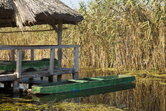 Barca dell'annata e ponte del bacino Immagini Stock