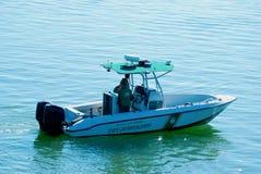 Barca della Commissione della fauna selvatica e dei pesci sulla pattuglia Immagine Stock