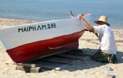 Barca della pittura dell'uomo Immagini Stock Libere da Diritti